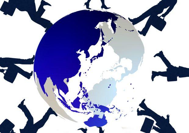 グローバル 地球とビジネスマンのシルエット